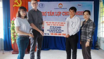 1100 tấm lợp fibro-xi măng được Hiệp hội Tấm lợp Việt Nam trao tặng các hộ nghèo tỉnh Cà Mau